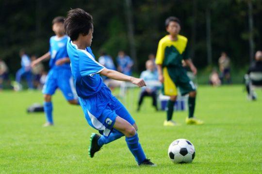 体を動かしたいサッカーをしている男の子